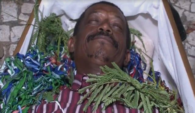 Homem entra em caixão para enterrar ano velho na Bahia